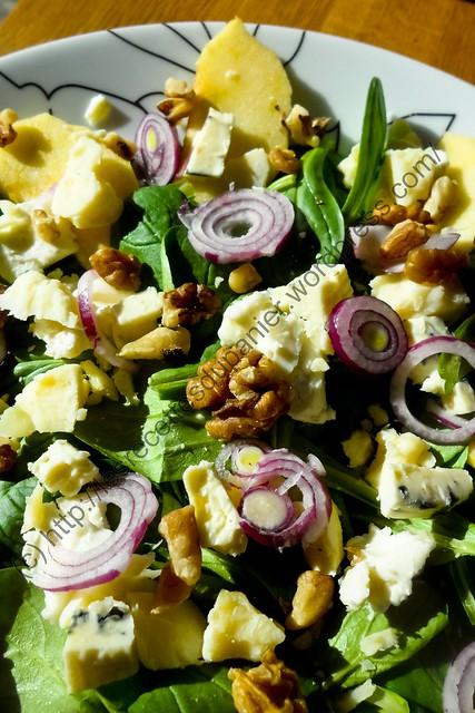 Salade de mâche aux pommes, noix et fromages / Apple, Walnut and Cheese Lamb Lettuce Salad