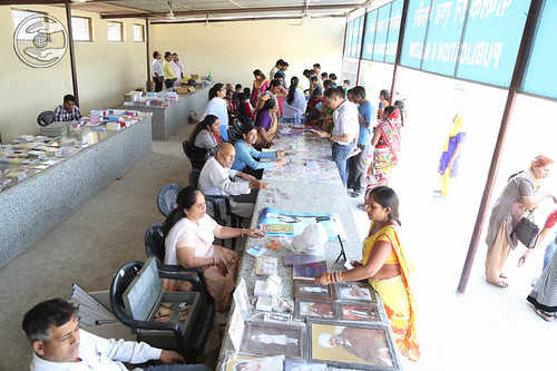 Devotees pickup Nirankari Publications