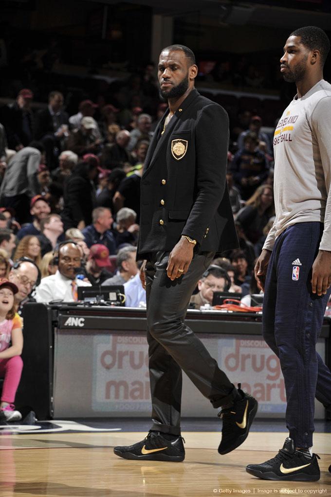 Lebron James wear Kobe 11