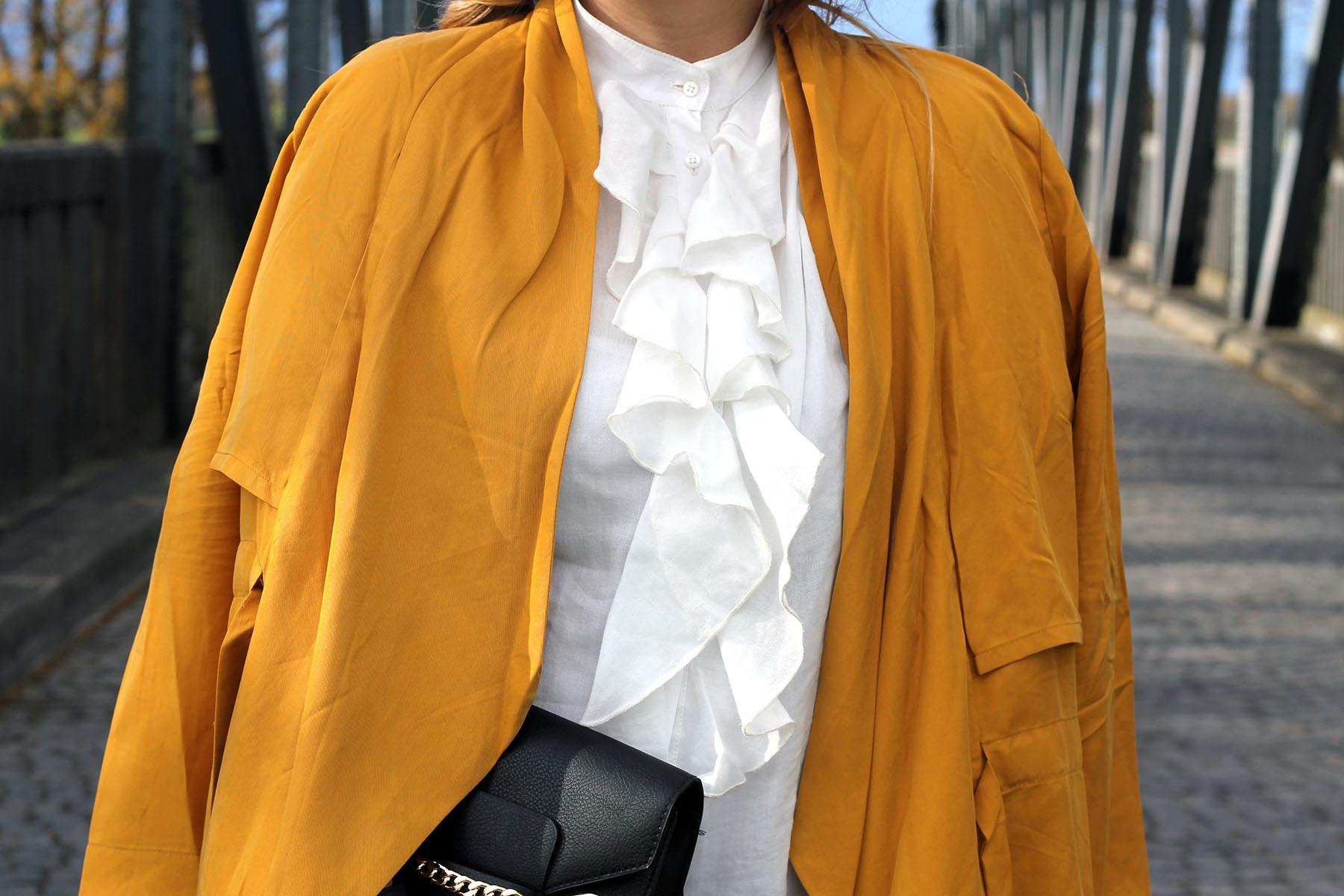 outfit-gelber-mantel-bluse-rüschen-trend-look-modeblog