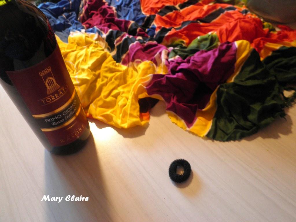 materiali bottiglia con cravatta