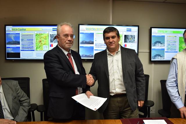 Donald Dingwell, presidente de la Asociación Internacional de Volcanología y Química del Interior de la Tierra (IAVCEI), y Rodrigo Álvarez Seguel, director nacional del Sernageomin (15 de marzo de 2016).
