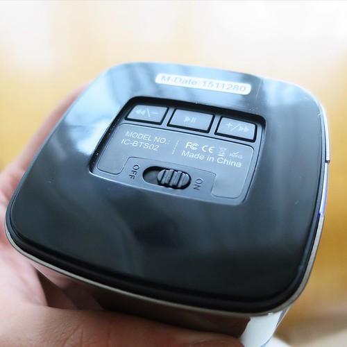 底の部分に電源スイッチと、再生コントローラーのボタンが付いてます。
