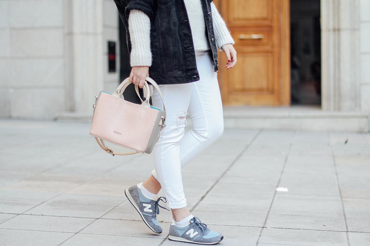 white ripped jeans new balance baby blue abbacino bag streetstyle iria lata