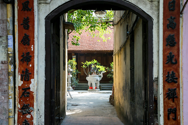 Gate of a buddhist temple, Hanoi, Vietnam ハノイのお寺への入り口
