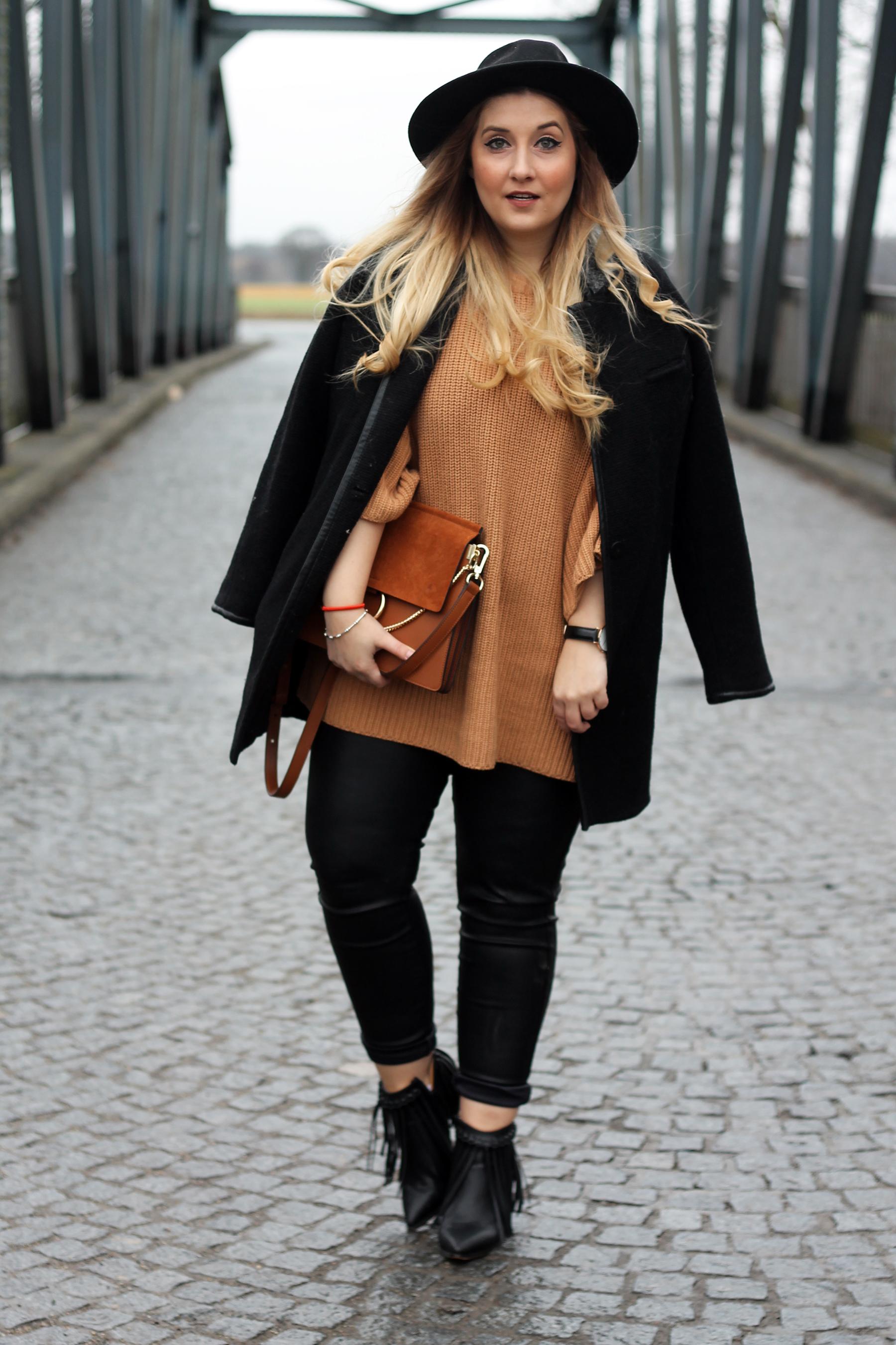 streetstyle-look-style-outfit-pulli-strick-lederhose-tasche-chloe-lookalike-faye
