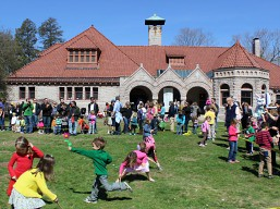eastr_egg-roll_pequot_library_great-lawn