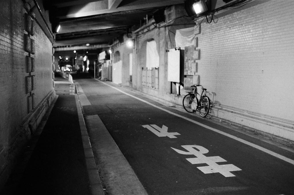 新橋 Tokyo, Japan / Kodak TRI-X / Nikon FM2 那時候從晴空塔來到新橋這裡吃晚餐,我一直把新橋當最後一站是因為這裡有一個小小的隧道,但是這次來卻因為施工而關閉,有點可惜。  王將的餃子,幾乎在所有旅行的地方都吃過一遍,很特別。  Nikon FM2 Nikon AI AF Nikkor 35mm F/2D Kodak TRI-X 400 / 400TX 3123-0003 2016-02-07 Photo by Toomore