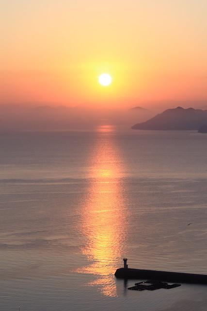 海に延びる太陽の輝き