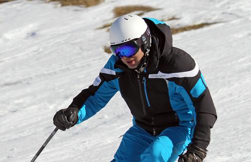 Nacho esquiando con casco y gafas Uller