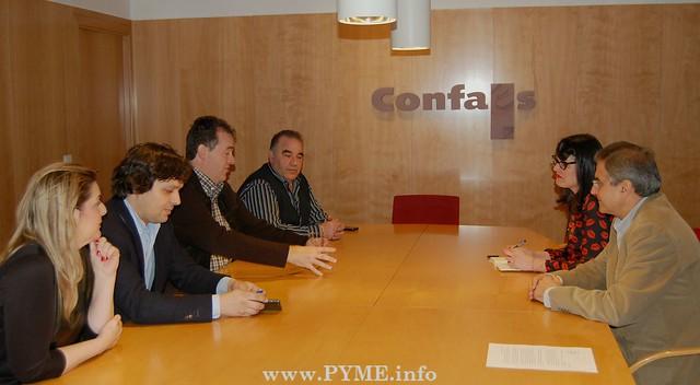 Encuentro entre el Comité Ejecutivo de CONFAES y los concejales de Ganemos, Virginia Carrera y Gabriel Risco.