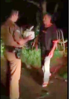 policial ajuda comida