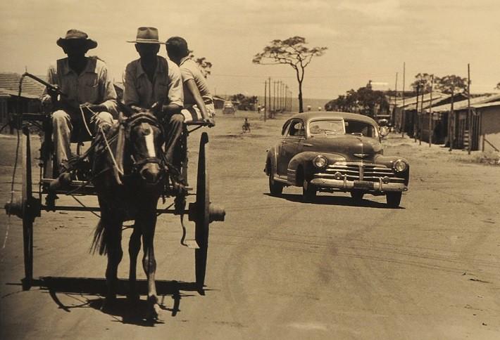 Veículos, carroças, bicicletas, animais ou mesmo o expresso canelinha (a pé)… tudo era necessário nos primeiros anos de Brasília. Fotografia: Arquivo Público do Distrito Federal, ArPDF.