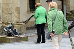 """140_0998 Bronzeskulptur bei der Jakobikirche in Goslar """"...und man sieht nur die im Lichte."""" Walter Kaune, 1992"""
