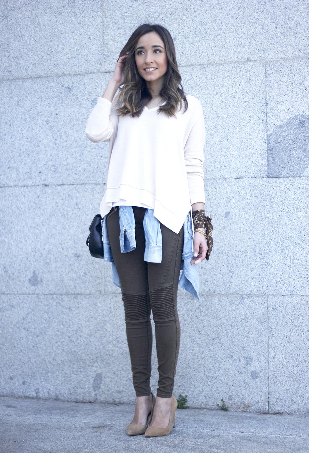 Khaki Pants pale pink sweater uterqüe bag accessories heels fashion outfit11