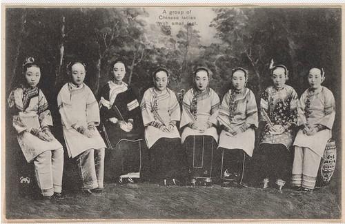 grupo de chinesas com pés pequenos