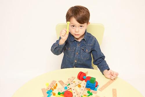 おもちゃで遊ぶ男の子 by photoAC