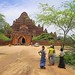 Locals entering the Dhammayangyi Temple by B℮n