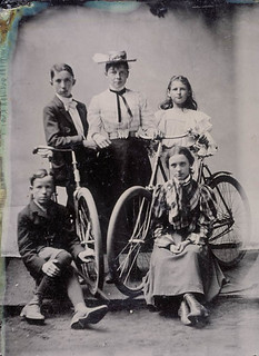Unidentified group, possibly Bastla family members, with bicycles / Groupe de personnes, possiblement des membres de la famille Bastla, avec des bicyclettes