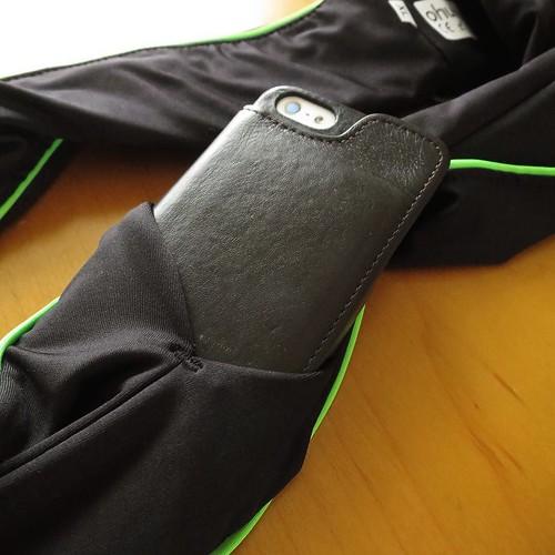 スポーツをする時など、ベルトのように巻いて使用します。スマホや財布を入れたり。