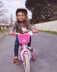13.03.16 • balade...à vélo ! La première de l'année, il faut s'y remettre avant de reprendre les pistes cyclables côtières. La miss est si fière de pouvoir pédaler seule.