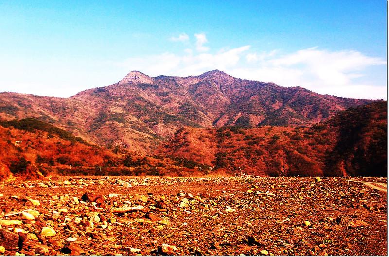 枋山溪北望巴層巴墨山(左為825山頭、右為巴層巴墨山前山頭) 2