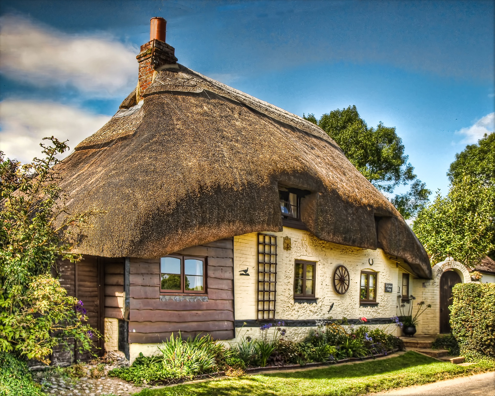 Thatched cottage in the village of Longstock in Hampshire. Credit Anguskirk
