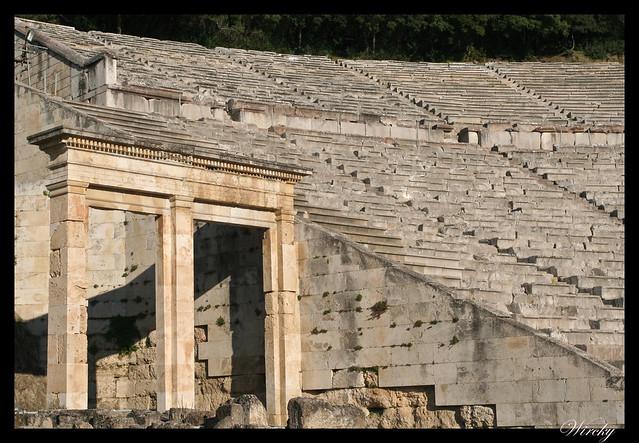 Teatro griego Epidauro, mejor acústica mundo - Entrada y gradas del Teatro de Epidauro