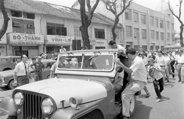 SAIGON 1967 - Bombing Republic Of China's Embassy (3) - Đường Hàm Nghi. Bên phải là tòa nhà có chóp củ hành góc Hàm Nghi-Công Lý