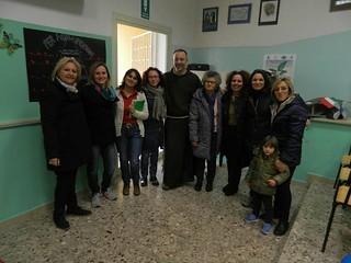 La Dirigente scolastica assieme  a frate Piergiorgio,  ad alcune mamme e alle docenti Diana Giovinazzo e Stella Orofino