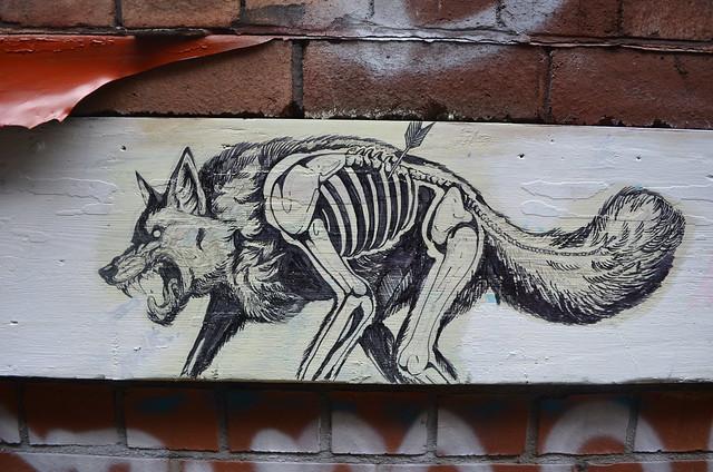 Street art : Un loup blessé sur un mur de Bristol.