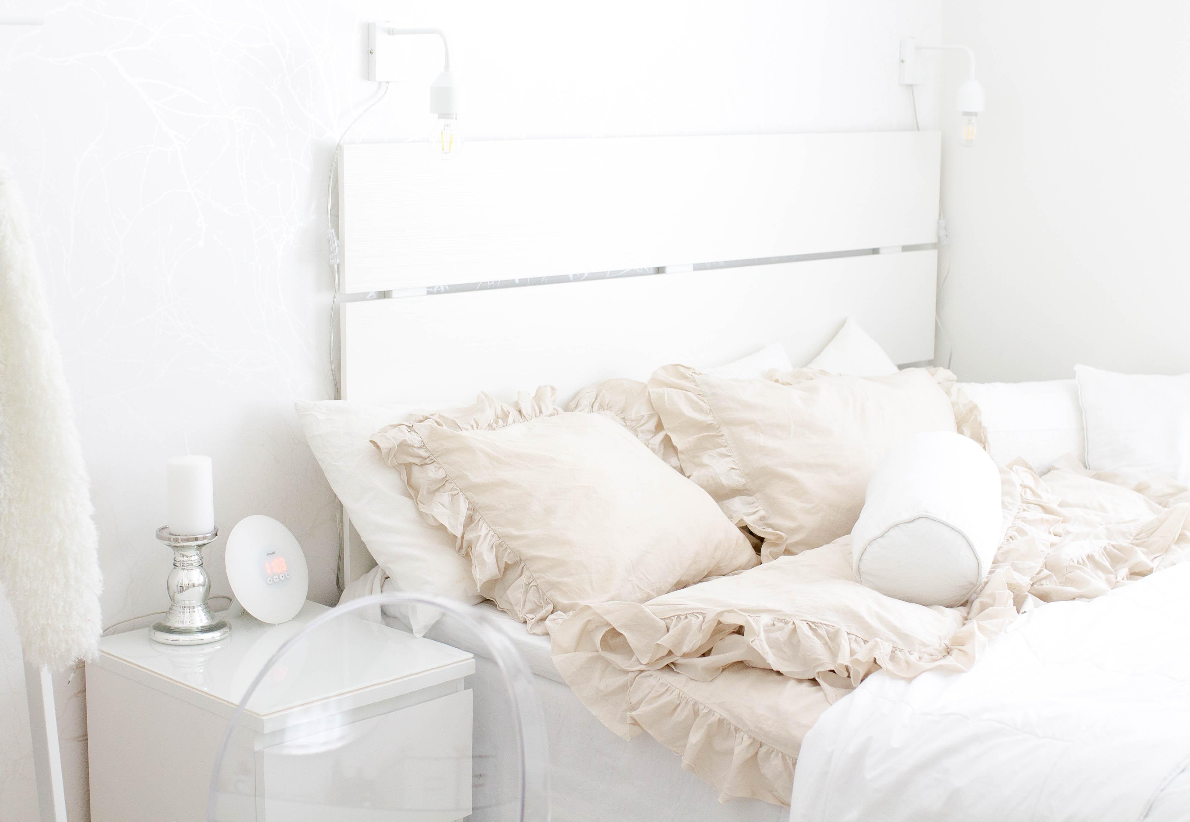 valkoinen sängynpääty
