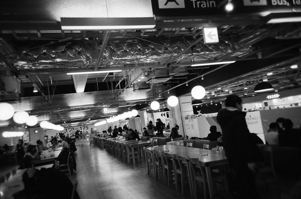 成田機場第三航站 Narita Air Port, Japan / Kodak TRI-X 400 / Lomo LC-A+ 2016/01/31 來了好多次,也在這裡隨便找位置寫明信片。  出發的時候裝了一捲黑白底片,在我印象中往返東京與台北這段行程還沒有用黑白的影像紀錄。  Lomo LC-A+ Kodak TRI-X 400 / 400TX 8561-0009 Photo by Toomore