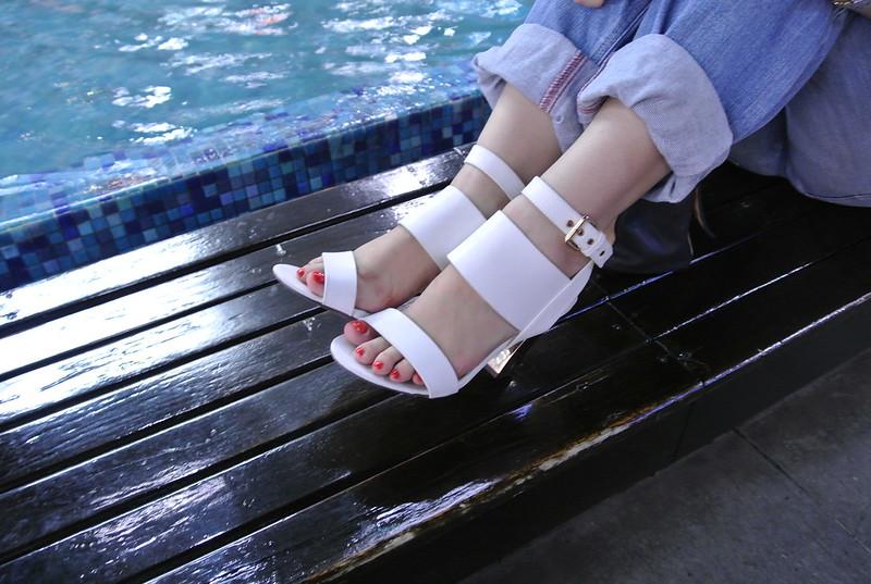 Sandalias blancas con tacón chunky metalizado -jfashion.co