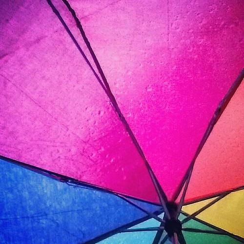 Omdat dagen als deze alle extra kleur kunnen gebruiken 🌈 #regenboogparaplu #undermyumbrella #coloryourlife #rainyday #belgianspring
