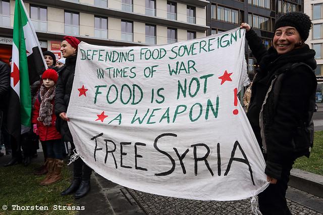 Syrer protestieren in Berlin gegen den Gebrauch von Nahrung als Waffe