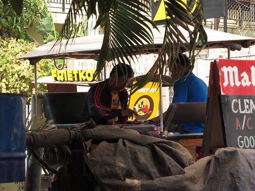 Siem Reap: les conducteurs de tuk-tuk jouent aux échecs cambodgiens entre deux courses