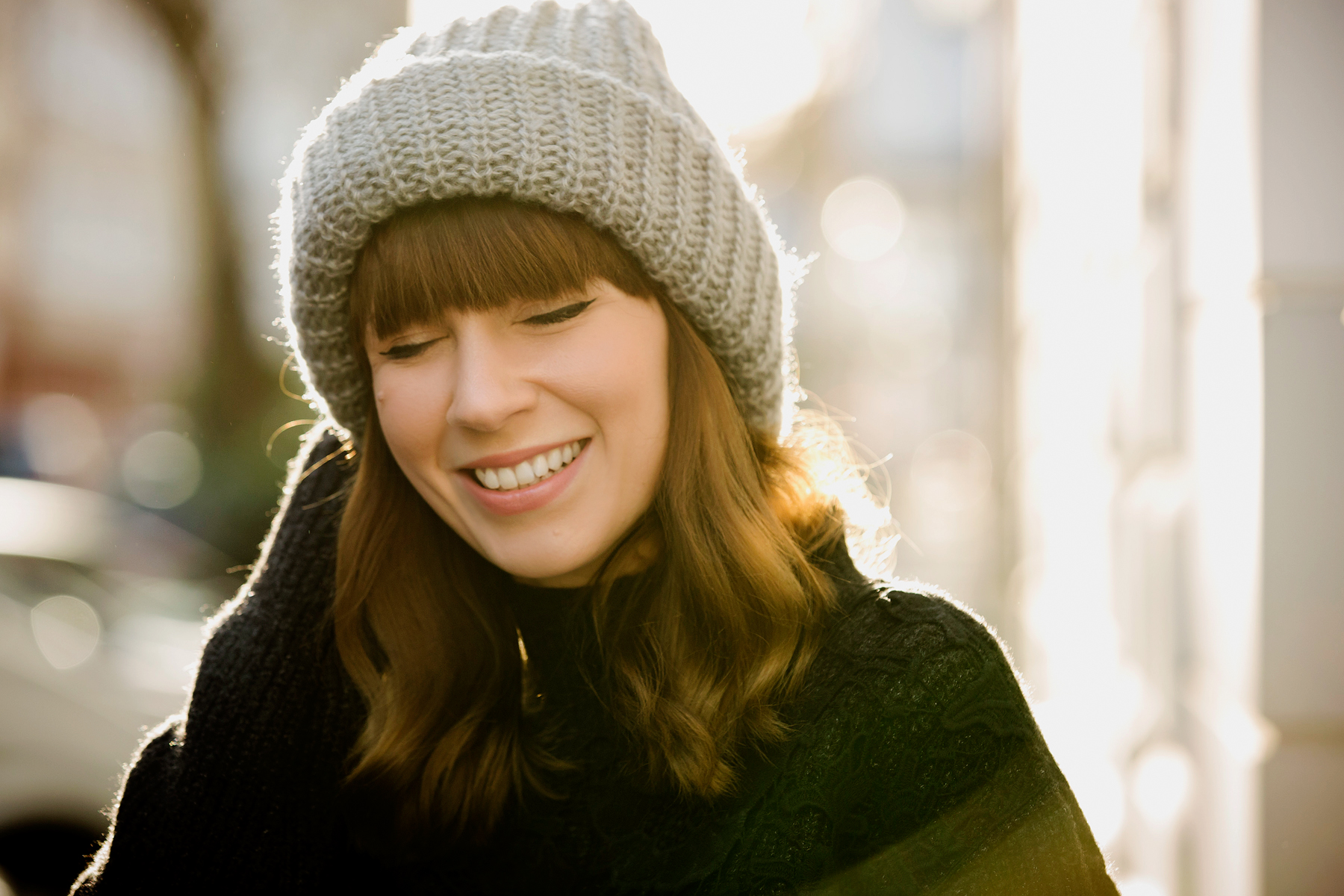 winter smile knit grey beanie hat wool knitting happy smiling girl bangs waves brunette cute happy happiness motivation blogger style portrait photography fotografie film max bechmann cats & dogs fashionblog ricarda schernus modeblogger düsseldorf sunny 1
