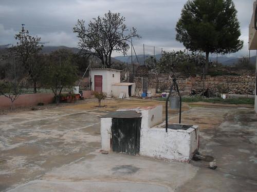 Casa de campo con 1800 m2 de parcela y pozo propio. Solicite más información a su inmobiliaria de confianza en Benidorm  www.inmobiliariabenidorm.com