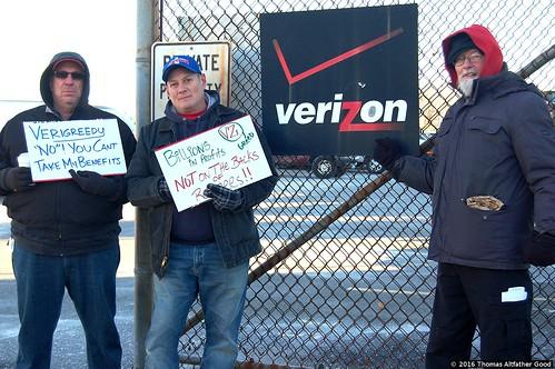 CWA Retirees Picket Verizon Garage (2)