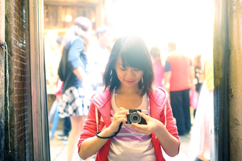 九份 Taipei, Taiwan / Sigma 35mm F1.4 / Canon 6D 去了一趟九份,還是把妹妹抓出來拍照,來九份是因為這裡有很多轉角巷口,站在巷口內拍可以與外面主要街道的人潮當背景來用。  這張故意用一個很誇張的過曝來拍,剛好妹妹也停留一個不錯的表情。  Canon 6D Sigma 35mm F1.4 DG HSM Art IMG_7754_fixed 2016/05/01 Photo by Toomore