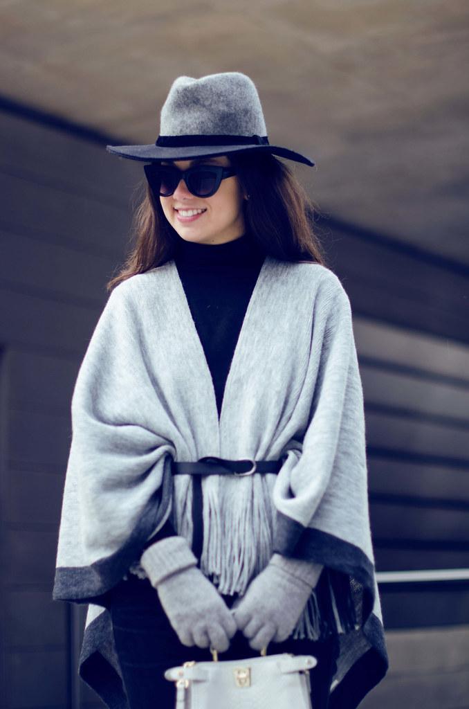 Cómo combinar un poncho gris en tu look de invierno
