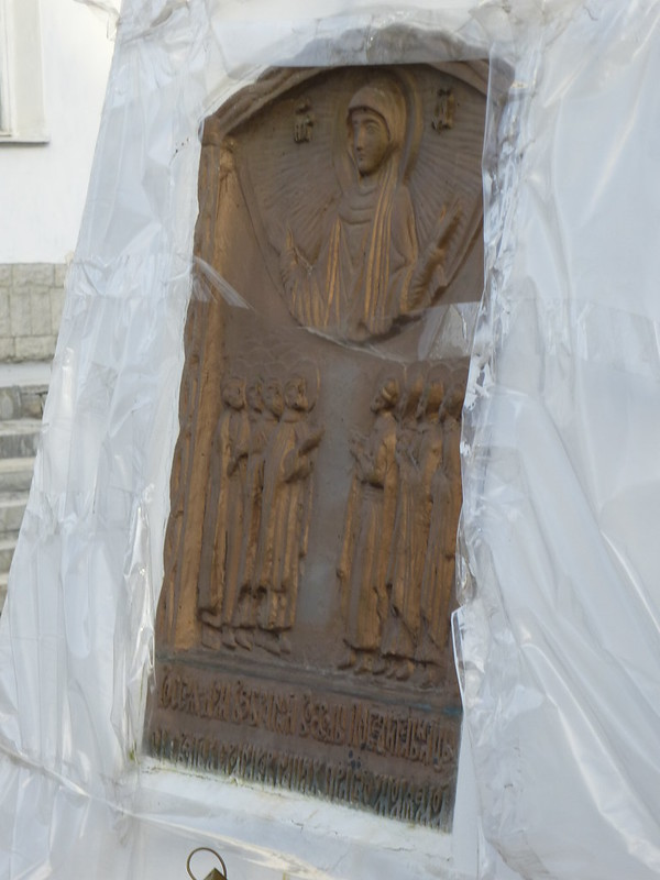 The plot of the icons on the monument