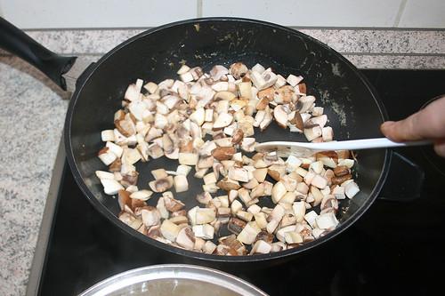 45 - Pilzwürfel anbraten / Fry mushrooms