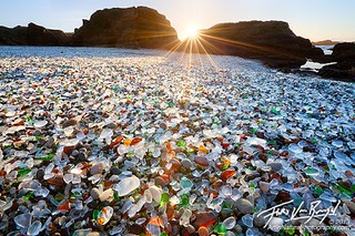 In secolul XIX oamenii din Fort Bragg - California aruncau gunoiul in golf. Marea a transformat sticla in mici nestemate care ne uimesc. Astazi Glass Beach este protejata si face parte din MacKerricher State Park.