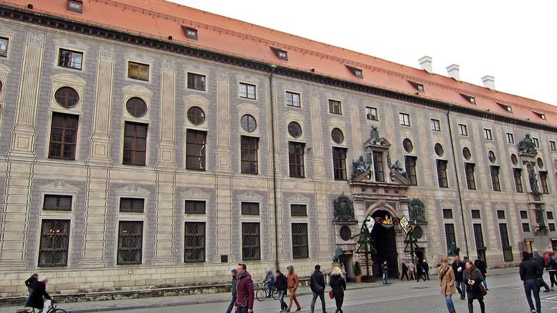 Goldengelchen-Winter in München-Residenzstr
