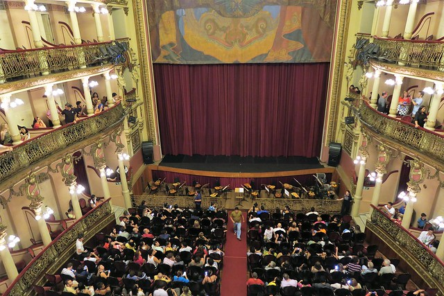 crowd amazonas theater manaus