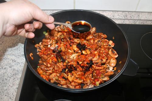 29 - Mit Sojasauce ablöschen / Deglaze with soy sauce
