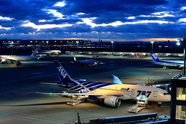 羽田空港国際線ターミナル展望デッキから夜明けの空を撮影した写真