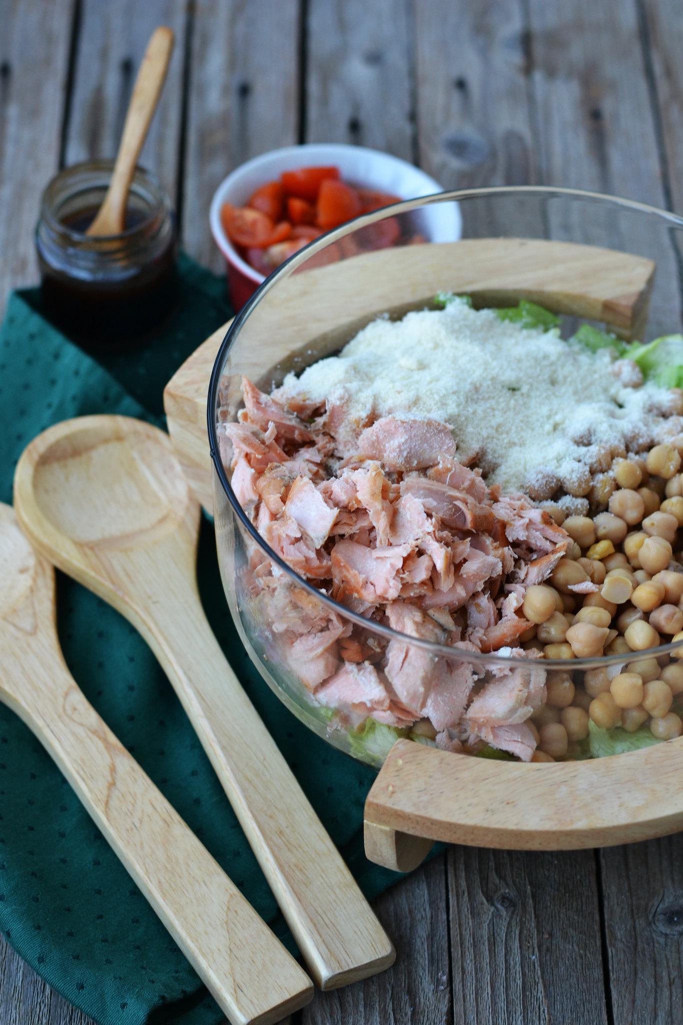 amestecarea ingredientelor salata de naut si somon